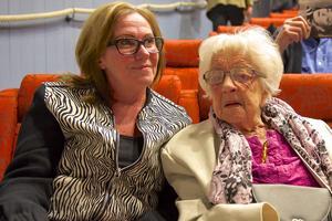 – Jag känner igen låtarna och det är så bra musik, säger Karin Åhs, 97 år. Hon är den äldsta personen som ser Den förste turisten i Europa på fjällmuseet. Till höger Annelie Koijan.