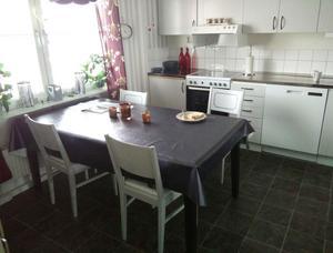 I köket har Eva valt ljusa tapeter och vitt kakel.