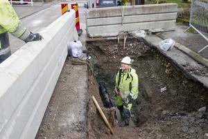 Morbergs Anläggning lagar även vatten och avlopp. På bilden syns Fredrik Baurén vid ett arbete i Ustersta för tre år sedan då nya vattenrör av plast sköts in i de gamla vattenledningarna.