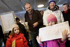 Både barn, föräldrar och dagispersonal mötte politikerna, bland andra Björn Sandahl som är ordförande i barn- och utbildningsnämnden, när de skulle gå in på kommunfullmäkige på Folkets hus i Östersund.
