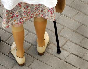 77-åringen döms även för att ha misshandlat sin granne med en käpp. (Arkivfoto. Bilden föreställer inte den dömda kvinnan.)