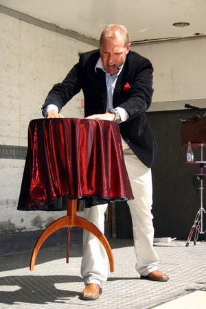Niclas Jacobsson svävande bord lockade applåder på Lillmarknad i Fjugesta.