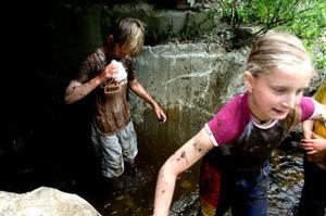 För att få bort den värsta leran efter träningen på myren tog Dennis Bufvers och Elin Sundberg ett besök i bäcken.