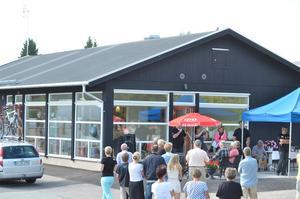 Nyinvigt. Så här blev det, nya receptionshuset på Trängbo med kafé och kiosk.