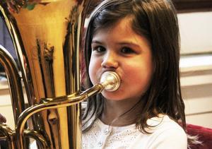 Anna Westlund, 6 år, Trönö, kunde minsann få ljud i instrumentet.
