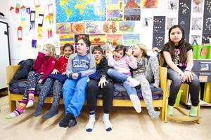 På Murgårdsskolan lär sig barnen att bli nätsmarta. På bilden syns Stina Holmberg, Miream Sameer Bad Al Barkawee, Emilio, Dino Buhic, Solin Kasa, Engla Nikkinen och Noor Sabrah Zadran.