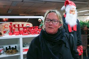 Susanne Andersson letar pynt som hon minns från sin barndoms jular.