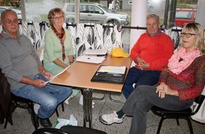 Per-Erik Qvarnström, Ragnhild Lindström, Ulf Eriksson och Birgitta Hallén från Bollstabruks intresseförening vill se hur Kramfors kommun räknat hem en besparing på att lägga ned Bollstabruks simhall
