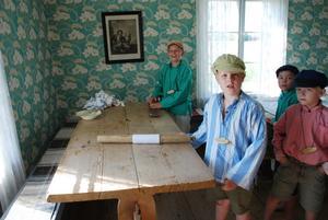 Mangling. Emil, Daniel och Rikard var några som fick lära sig hur man manglar tvätt på gammalt vis.