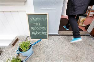 Som besökare möts man av en slags varm hemtrevnadskänsla när man kliver in i den kalla förfarstun i den gamla prästgården i Revsund.
