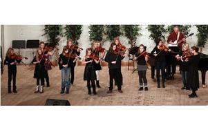 På tisdagskvällen var det konsert i Hagaskolans aula. Det var violinkonsert med barnen som spelar i musikskolan.Kvällens konsert bjöd på allt möjligt från kammarmusik till klassiskt och till och med Michael Jacksson på fiol. FOTO: STAFFAN BJÖRKLUND