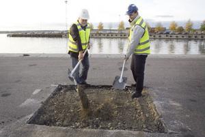Håkan Rönström, ordförande för tekniska nämnden, och Jesper Jonsson, vd för GL-bygg, tog symboliska spadtag på första byggdagen.