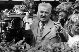 Hans Alfredson, författare, revymakare, regissör m.m. ses här under inspelningen av filmen