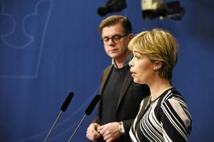 Socialförsäkringsminister Annika Strandhäll tog i dag emot utredningen om Föräldraförsäkringen av utredaren Lars Arrhenius.