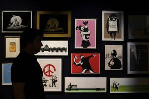 En samling med 32 Banksy-verk auktionerades ut av Bonhams Auction House i London.   Foto: Tim Ireland/AP/TT