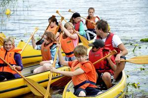 Kanotgänget. Det här kollogänget är på väg att paddla ut på sjön Teens vilda vågor.