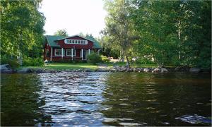Charmigt timmerhus byggt 1954 med fantastiskt läge; egen strand och vacker utsikt mot sjön Väsman.