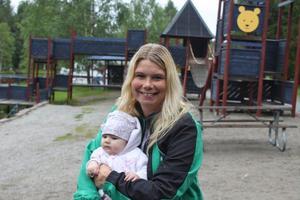 Vid ett besök i Lycksele djurpark togs detta foto av Anna Reynberg Sjölund och hennes dotter Minna. Den lilla har nu blivit hela 1 1/2 år gammal och mamma – hon fyller 40 år på lördag.
