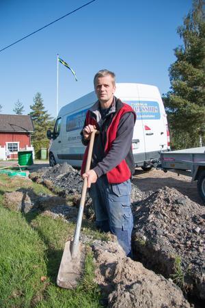 Göran Wallin grävde för fiberkabel när vargen kom. Han tog det enda han hade till hands – spaden – och kastade den mot vargen.