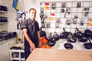 Nystartsjobbaren Binyam Hayle har koll på cyklar. Tidigare arbetade han med att laga cyklar. Nu kommer hans kunskaper till användning när sportotekets cyklar behöver fixas.