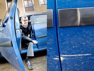 – Att de påstår att det inte har hänt gör mig riktigt sur, jag satt ju i bilen och körde, det har helt enkelt gått till så, säger bilägaren Hans-Åke Johansson som menar att han kört i ett potthål och att en uppstudsande sten ska ha repat hans bli.Entreprenören Skanska menar att det är orimligt att det har gått till så och vill inte ersätta bilägaren för skadorna.