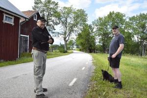 Farttrötta. Sören Pettersson och Jan-Erik Kroon vill sänka hastigheten på vägen som passerar deras hus i Höga.