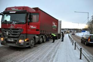 Lastbilen krängde till och blev stående i den ena filen, med släpet i den andra, vilket blockerade all norrgående trafik.