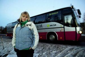 Busshållplatsen på E14 utanför Matfors flyttades härom året för att bussen inte skulle hamna i trafikfarliga situationer. Resultatet blev att resenärerna i stället måste korsa farliga vägar till fots. – Problemet är att det inte finns någon busshållplats vid infarten, säger Sandra Åsén, som bor i Stöde men som flera gånger i veckan åker buss 191 till Matfors där hon gör praktik.
