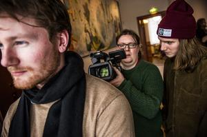 Jonas Westin tar rörliga siluettbilder av Otto Gisow medan Linus Thunholm följer filmandet på nära håll.