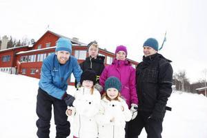 Eva och Bengt Lilja, med barnbarnet Alexander Paulsen, har åkt från Växjö till Vålådalen. De besöker inte fjällstugorna vintertid, men på sommaren vandrar de i fjällen. Johan Lilja var på besök över dagen med Linn och Vilma Lilja Persson.