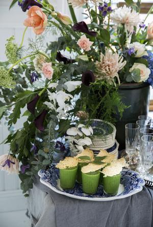 Härligt grön ärtsoppa i glas med ett flarn av parmesan till.