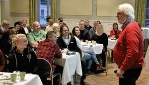 Gott magstöd. Anders Ceder (S) höll ett gammalt löfte och sjöng på torsdagsmorgonens företagarfrukost i Lindesberg. Foto: MIchael Landberg