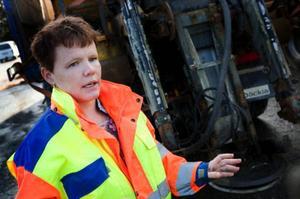 Uppkomsten av sprängskador i vägbanan under milda vintrar påverkas inte av halkbekämpningen med salt, enligt Karin Netterman, drift-ansvarig för mittregionen. Foto: Håkan Luthman