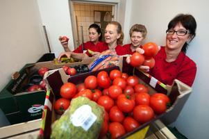 Selmina Alisic, Annette Bergqvist, Ingela Elingsbo och Anna Lena Rustas lagar mat till 750-800 elever varje dag på Gylle skola. De trivs med sitt arbete för att det finns stort utrymme för egen kreativitet.