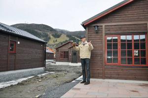 Drömstugorna står nu tätt på Åre strand. För tätt, tycker många. Men enligt Mats Svensson är det nödvändigt för att hålla priserna nere eftersom marken i Åre är så dyr.