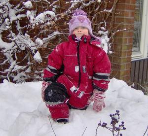 Linnea 4 år älskar snöhögar.