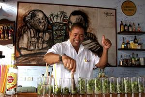 En bartender häller upp på La Bodeguita del Medio.