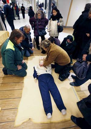 Övning. Fatima Jesilovic provar på hjärt- och lungräddning på en övningsdocka under överinseende av sjuksköterskan Helena Borg. FOTO: TONY PERSSON