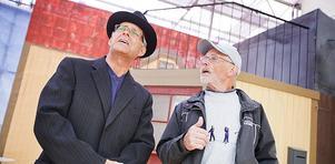 Fabrikör Sundin (Erik Jonsson) och Georg (Petters-Börje Olsson) är i full gång med att repetera en scen.