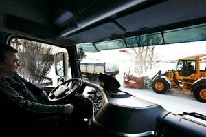 """Björn Semb väntar på sin tur medan snöslungan fyller på kollegans lastbil. Att ta hand om snömassorna i Lugnviks bostadsområden kommer att ta två och en halv dag. """"Ska vi ta industriområdet tar det en dag till."""""""