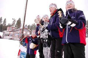 """Frida Hallquist, Sara Hallquist, Carl Rotvold, Lisa Svensson och Ida Hallquist hejade på åkarna så gott de kunde under helgens SM-tävlingar i Åsarna. """"Det har gått hårt åt rösten"""", säger Lisa och skrattar."""