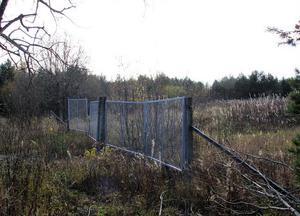 Den gamla soptippen ligger mitt ute i skogen på en myr. Hur mycket gifter som döljer sig på tippen vet man inte och hur problemet ska lösas inför framtiden hoppas Sundsvalls kommun att undersökningen ska ge svar på.