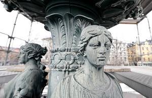 De tre figurerna i första skålen representerar industri och hantverk, handel och sjöfart samt vetenskap och visdom.