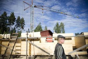 Erik Vestlund har sin arbetsplats i Nyfäbopdarna. Han timrar stugor.