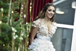 Programledarstjärnan Gina Dirawi blir årets julvärd i SVT – 24-åringen är den yngsta hittills att få prestigeuppdraget.