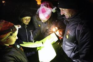 Irma Johansson till vänster och familjen Hjelm gick reflexspårning och fick hjälpas åt för att lysa på bokstäverna som de skulle fylla i sin kupong med. Ella, Barbro, Herman och Håkan.