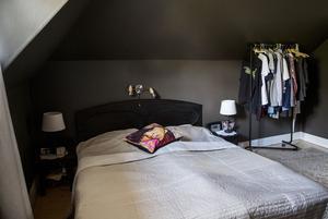 Sovrummet är målat i en mörkgrå färg.  Takfönstret släpper in ljus.