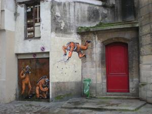 Vid ett Parisbesök i december stötte vi på dessa osannolika figurer i närheten av Centre Georges Pompidou. Oerhört skickligt och illusoriskt målat av en okänd konstnär! Med eller utan tillåtelse? Med, förhoppningsvis.