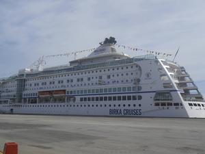 Kryssningsfartyget Birka Cruises på besök i Härnösand på nationaldagen.