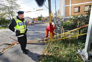 Polisen Örjan Löjdström och Barbro Martinsson från Banverket inspekterar platsen där lastbilen körde in i bommen.
